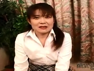 Asian mature cougar gives sucky-sucky