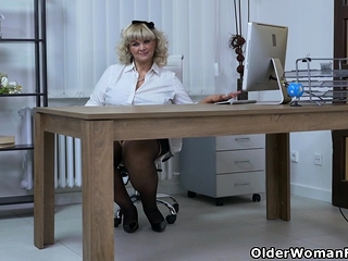 Euro BBW milf Dita factory the brush pussy the brushe fingers increased by dildo