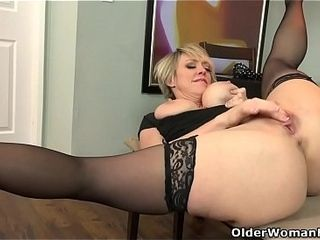 American milf Dee Williams fingers the brush energized pussy