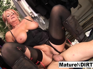 Grannie humps a junior dude in the fitting bedroom